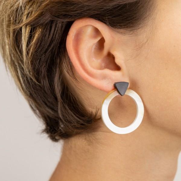 Ohrringe . INDOCHINEUR . Kreis und Dreieck . Horn